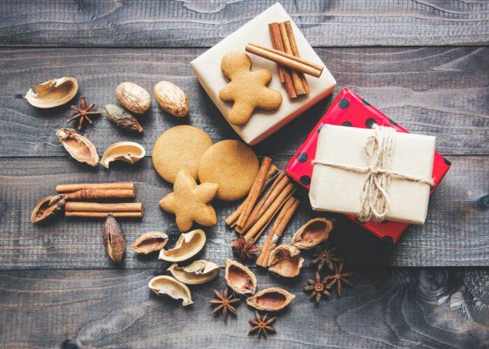 Julbord med presenter, pepparkakor och kryddor