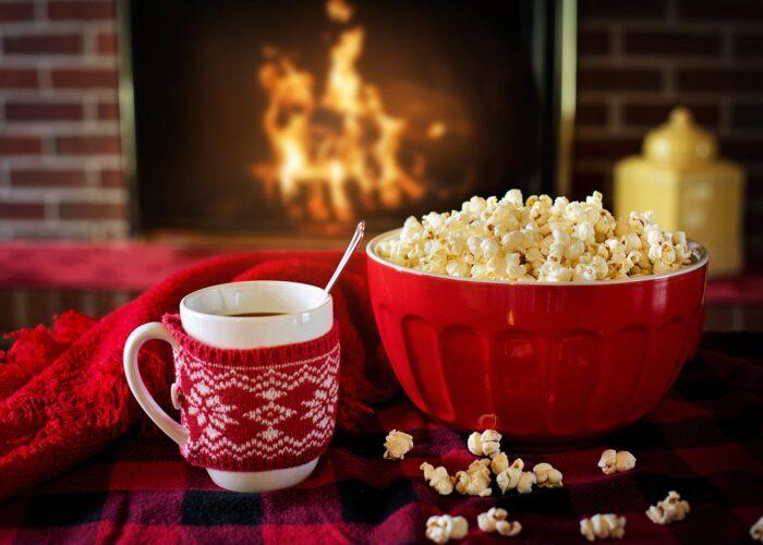 Mugg och popcornskål med jultema till udda julbord